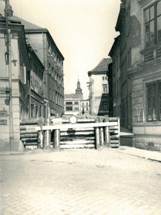Zabarikádovaná Svatoplukova ulice v květnu 1945.