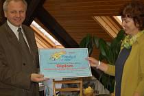 Ředitelka Centra setkávání v Přerově (na snímku) včera převzala šek na částku 10 245 korun, kterou se podařilo vybrat ve vánoční sbírce Pomáhejte s námi.