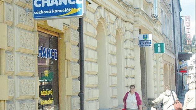 Sázkovou kancelář v centru Šternberka přepadl lupič s nožem v ruce v odpoledních hodinách, podobně jako v ostatních případech. Provozovně nepomohlo ani to, že je v sousedství městské policie.