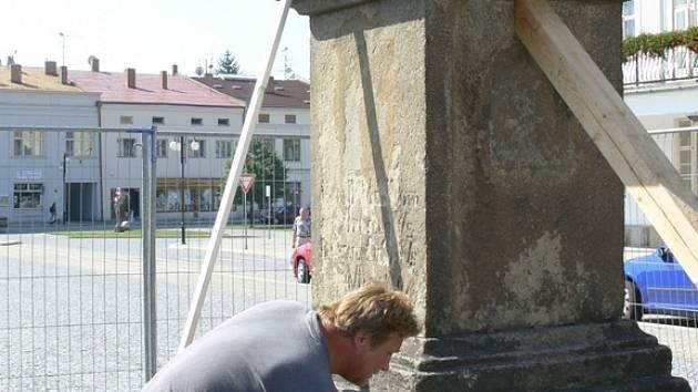 Socha Panny Marie byla převezena do sochařské dílny, v současné době se opravují schody a základy sloupu.