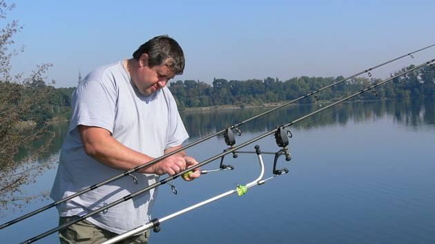 Rybáři obsadili břehy Tovačovských jezer, kde budou lovit ve dne i v noci až do soboty.