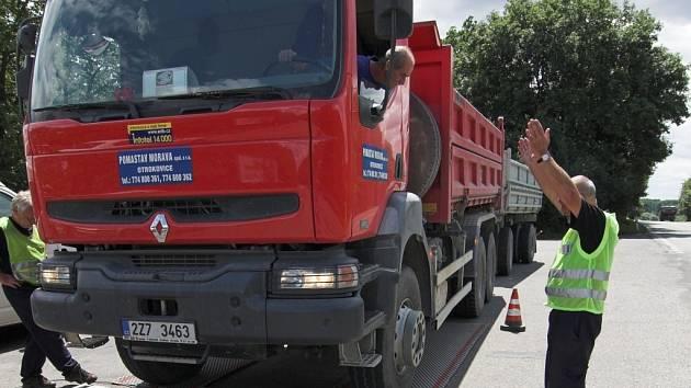 Celkem dvanáct vozidel z dvaceti pěti kontrolovaných překročilo povolenou hmotnost.