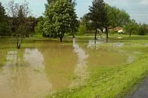 V centrální části Bělotína se po pondělní bouřce vylil potok Luha.