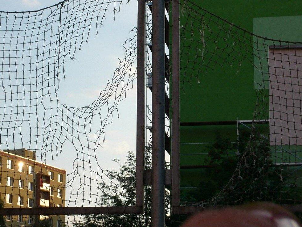 Sportoviště v Hranicích se potýkají s vandalismem. V horkých prázdninových dnech navíc zejí prázdnotou. Využité zůstávají jen dětské mobiliáře