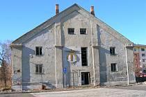 Hořela střecha bývalých kasáren v Jezdecké ulici.