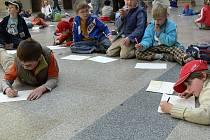 Děti ze školní družiny ZŠ Struhlovsko se proměnili v malé umělce.