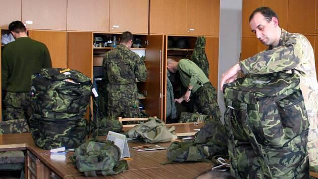 Vojáci se balí na misi.
