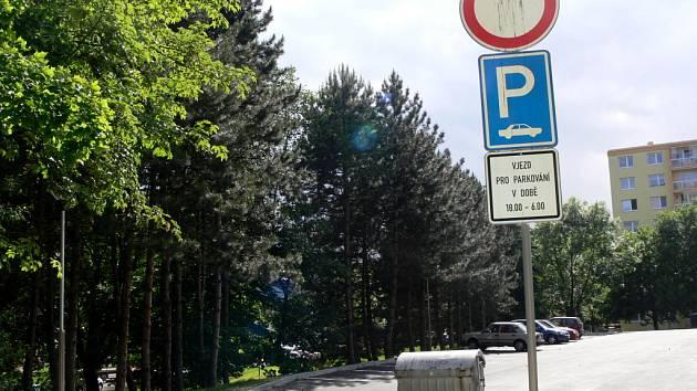 Na parkoviště se řidiči se vými auty dostanou jen od 18 do 6 hodin. Jindy je čeká pokuta.