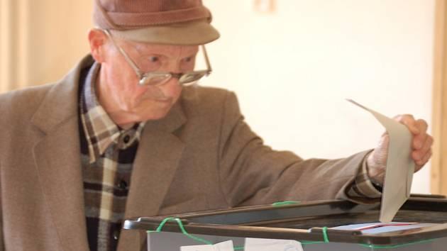 K volebním urnám se dostavil i třiadevadesátiletý Přerovan Miroslav Svoboda. K volbám chodí pravidelně.