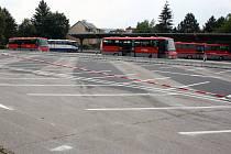 Nové parkoviště na autobusovém nádraží v Hranicích je již hotové.
