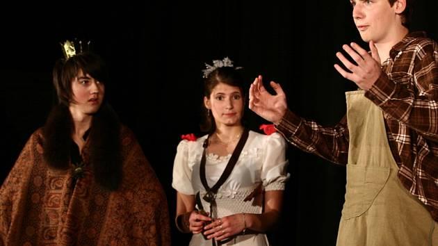 Hraničtí gymnazisté sehráli představení pohádky Svatba s čerticí aneb Sedmimílové boty