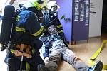 Simulovaný požár v budově radnice likvidovali ve středu 21. října odpoledne profesionální i dobrovolní hasiči z Hranic a blízkého okolí.