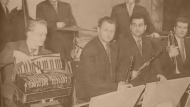 Jaroslav Jiříček (na snímku v první řadě druhý zleva) byl hranickou muzikantskou ikonou.