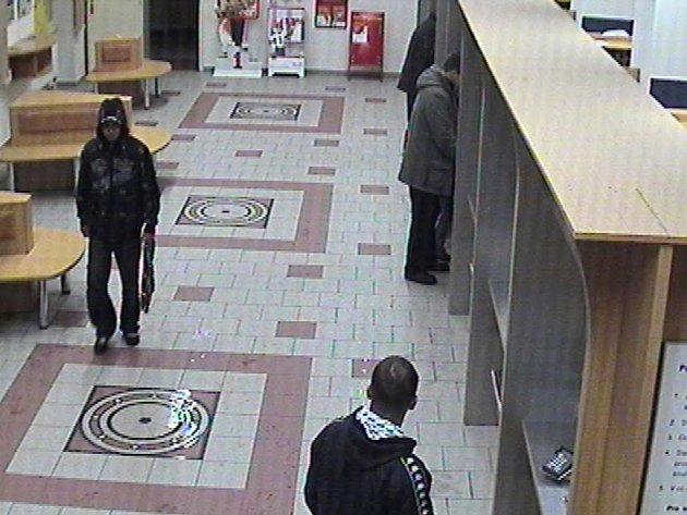 Lupiče zachytily v budově pošty v Kratochvílově ulici bezpečnostní kamery.
