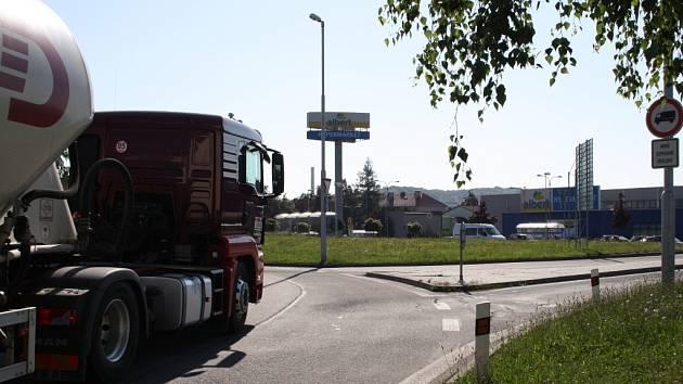 Aby mohli řidiči u motorestu Sparta zaparkovat, musí porušit zákaz vjezdu.