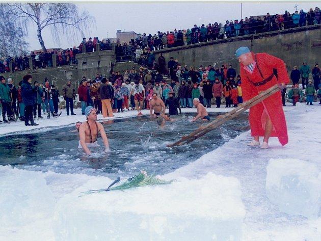 Poslední den v roce se v Přerově každoročně neobejde bez koupání zimních plavců a potápěčů v řece Bečvě.