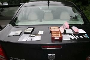 Zabavené věci, které zajistili u čtyřicetiletého dealera drog z Fulneku celníci. Za pomoci speciálně vycvičeného služebního psa na vyhledávání návykových látek našli v jeho autě přibližně 65 gramů pervitinu.