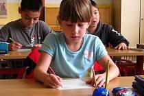 Zaměstnanci škol musí dohlížet na to, aby se žáci nehrbili u nevhodných lavic.