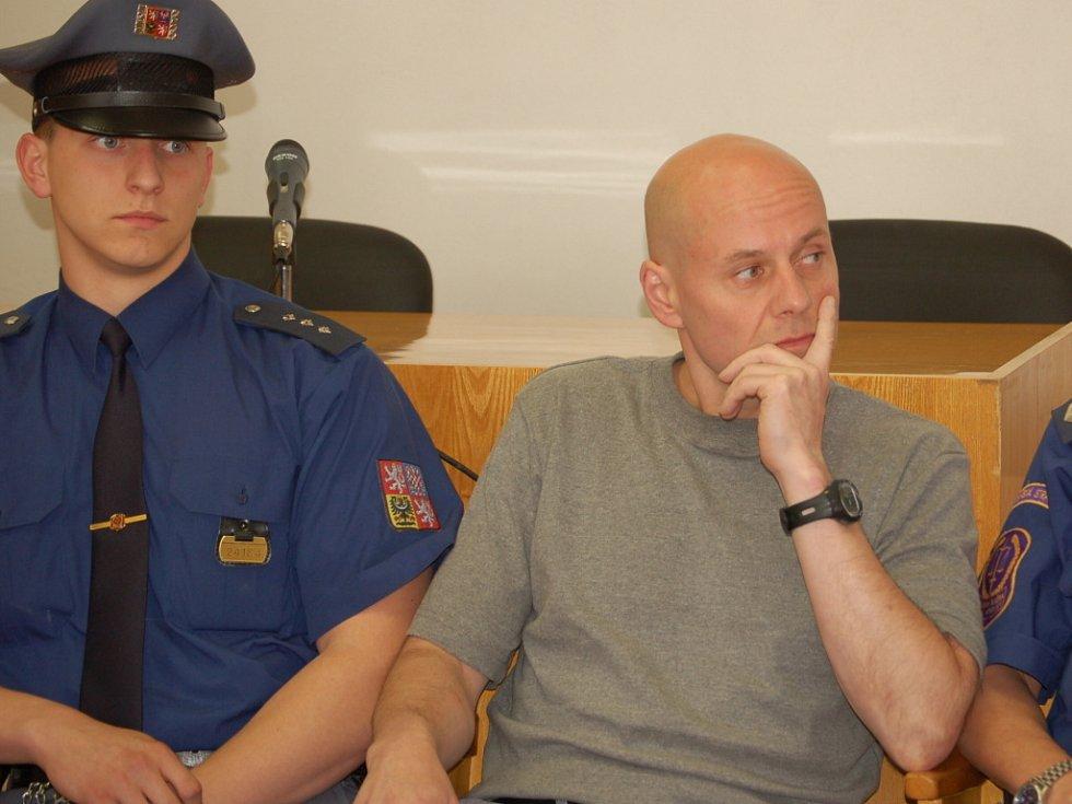 U okresního soudu v Přerově pokračovalo středu 14. května v 8 hodin ráno hlavní líčení se dvěma obžalovanými Romanem Vaškůjem a Petrem Šmiřákem (na snímku).