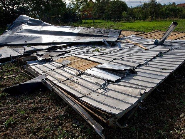 Vichřice na Hranicku - spadlá střecha vHustopečích nad Bečvou