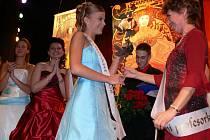 Součástí plesu bylo i tradiční stužkování. Podoba třídní učitelky s ženou na obraze vytvořeném ve stylu Alfonse Muchy v žádném případě není dílem náhody.
