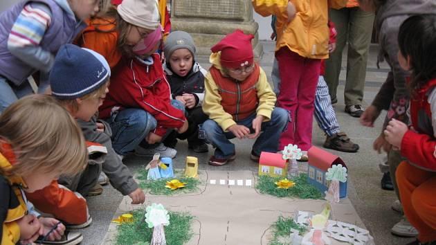 Dvoranu zámku zaplnily obrázky dětí místních škol a mateřinek.