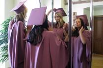 Ve slavnostních talárech si v pátek v obřadní síni radnice převzali maturitní vysvědčení čerství absolventi Střední soukromé obchodní školy v Hranicích.