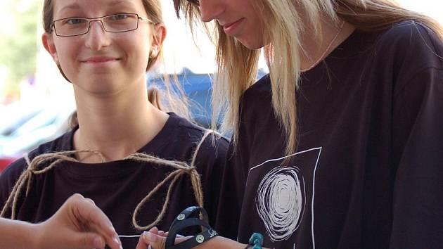 Koupí přívěsku, magnetky či náramku mohli přispět na pomoc zrakově postiženým lidé na Přerovsku.