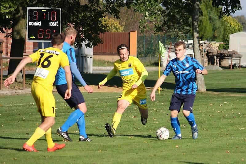 Fotbalisté Všechovic (v modrém) proti Strání.