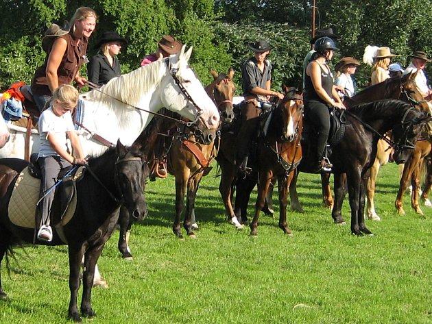 Soutěžící se na Westernovém dni proháněli na koních.