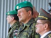 Nový velitel 71. mechanizovaného praporu v Hranicích Petr Blecha (uprostřed)