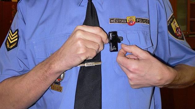 Velitel hranické městské policie si připíná na košili kameru