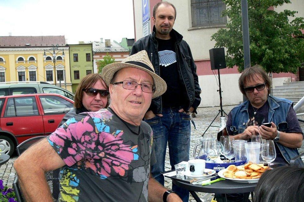 Odpolední akce kapely Olympic na Masarykově náměstí v Hranicích