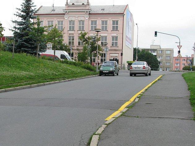 Silnici v Hranicích lemovaly nesmyslně dvě žluté čáry. Teď už je tam jen jedna.