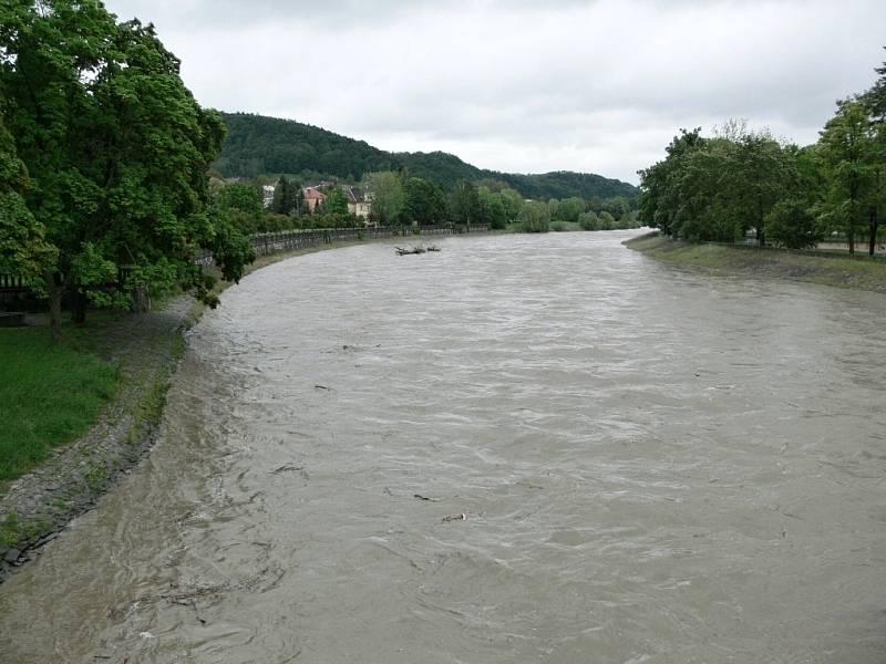 Rozvodněná Bečva v Hranicích - 16. května 2014