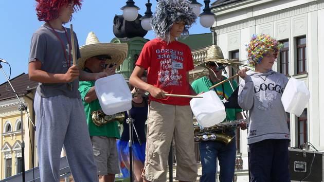 Zábavu i soutěže pro děti připravilo na náměstí hudební uskupení Abraka muzika.