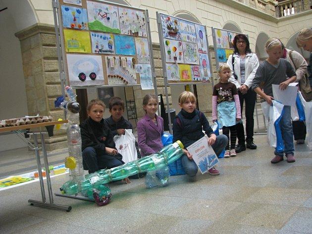 Dvorana zámku patřila dětským obrazům