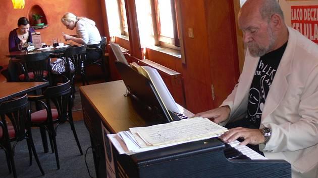 Obědy a večeře v restauraci Archa na náměstí zpříjemňuje strávníkům od úterý živá hudba ve stylu jazzu.