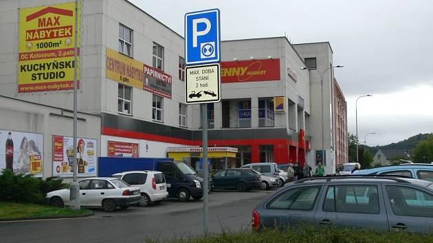 """Parkování """"dlouhodobých"""" zákazníků před nákupním centrem dělá problém dalším řidičům"""