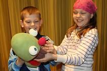 Loutkoví žabáci Kvak a Žbluňk rozesmáli děti i jejich rodiče v Hranicích na festivalu ochotnických divadel Ventylátor.