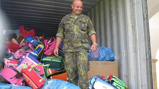 Nakládání aktovek a školních pomůcek v hranicích do přepravního kontejneru