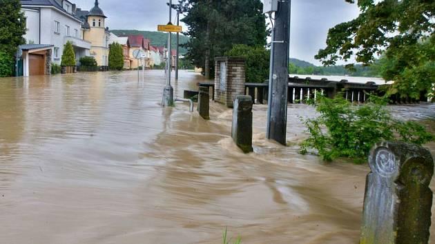 Rozvodněná Bečva v Hranicích. Ilustrační foto