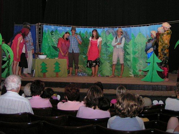 Kašparova divadelní Střítež představuje amatérské divadelní herce.