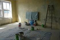 VÝMĚNA PODLAHY. V jedné ze tříd Zákadní a mateřské školy v Drahotuších probíhá rekonstrukce podlahy