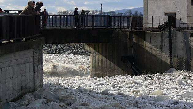 Únor 2012. Ledová bariéra na Bečvě na Hranicku povolila