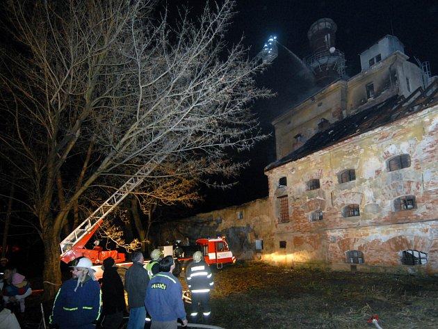 Čtyři desítky hasičů z šesti požárních sborů likvidovali v pátek 25. ledna požár, který vznikl na střeše bývalé sladovny v Říkovicích na Přerovsku.