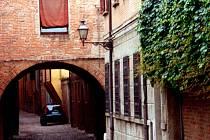 Na neobyčejnou krásu zdejších uliček padla ve Ferraře spousta cihel.