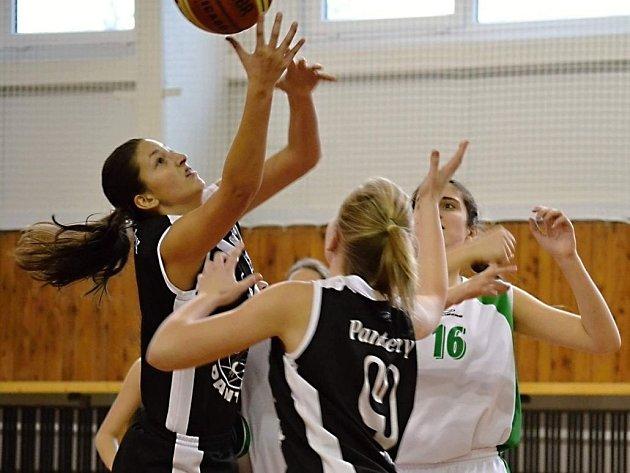 Hranické basketbalistky (v černém)