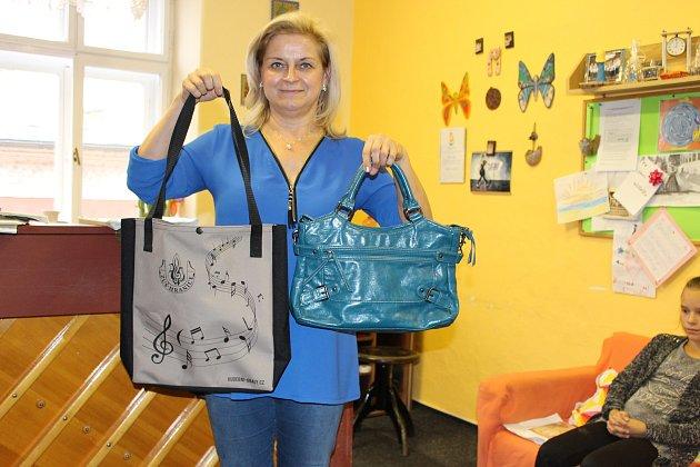 Markéta Lásková darovala na Kabelkový veletrh Deníku hned dva kousky.