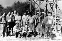 Brigáda při výstavbě kulturního domu v Rakově v druhé polovině 70. let 20. století.